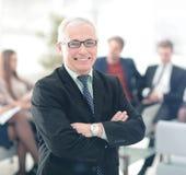 Портрет счастливого бизнесмена при коллеги взаимодействуя на ба Стоковое Фото