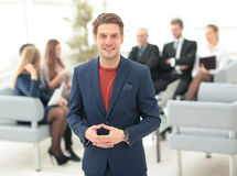 Портрет счастливого бизнесмена при коллеги взаимодействуя на ба Стоковое Изображение RF