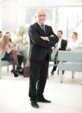 Портрет счастливого бизнесмена при коллеги взаимодействуя на ба Стоковая Фотография