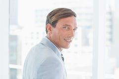Портрет счастливого бизнесмена смотря камеру Стоковое Изображение RF