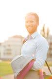 Портрет счастливого бизнесмена стоя outdoors на солнечный день Стоковое фото RF