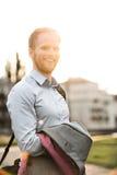 Портрет счастливого бизнесмена стоя outdoors на солнечный день Стоковые Изображения