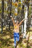 Портрет счастливого красивого девочка-подростка наслаждаясь осенью s Стоковая Фотография RF