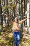 Портрет счастливого красивого девочка-подростка наслаждаясь осенью s Стоковые Фотографии RF