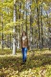 Портрет счастливого красивого девочка-подростка наслаждаясь сезоном осени Стоковое фото RF