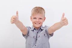 Портрет счастливого мальчика показывая большие пальцы руки вверх показывать стоковые фотографии rf