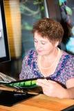 Портрет счастливого меню чтения женщины на ресторане Стоковое Изображение