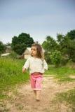 портрет счастливого милого ребенк имея потеху на сельской местности Стоковое Изображение