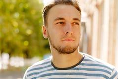 Портрет счастливого молодого человека с бородой Стоковое Изображение