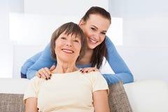 Портрет счастливого попечителя с старшей женщиной Стоковая Фотография RF