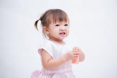 Портрет счастливого радостного смеясь над усмехаясь младенца изолированного на белизне Стоковые Изображения RF