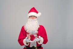 Портрет счастливого Санта Клауса с огромным мешком Стоковые Изображения