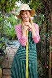 Портрет счастливого садовника при инструмент работы стоя на саде Стоковое Фото