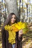 Портрет счастливого симпатичного девочка-подростка в лесе держа aut Стоковое фото RF