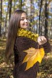 Портрет счастливого симпатичного девочка-подростка в лесе держа aut Стоковое Фото