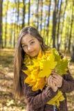 Портрет счастливого симпатичного девочка-подростка в лесе держа aut Стоковое Изображение RF