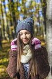 Портрет счастливого симпатичного девочка-подростка в лесе, Стоковые Изображения RF