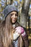 Портрет счастливого симпатичного девочка-подростка в лесе Стоковое Изображение RF