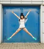 Портрет счастливого смешного девочка-подростка имея потеху Стоковое Фото