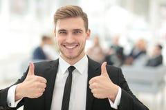 Портрет счастливого усмехаясь бизнесмена показывая большие пальцы руки вверх Стоковые Фото