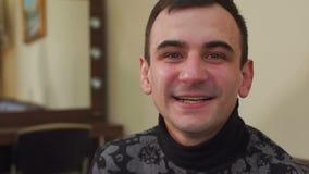 Портрет счастливого усмехаясь человека, конец-вверх видеоматериал