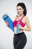 Портрет счастливого удерживания молодой женщины свернул вверх по ove циновки тренировки Стоковые Фото