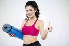 Портрет счастливого удерживания молодой женщины свернул вверх по ove циновки тренировки Стоковые Фотографии RF