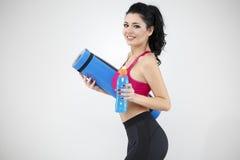 Портрет счастливого удерживания молодой женщины свернул вверх по ove циновки тренировки Стоковое Изображение RF