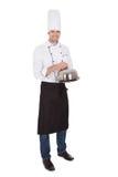 Портрет счастливого шеф-повара держа поднос Стоковое фото RF