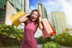 Портрет счастливой азиатской женщины после ходить по магазинам Стоковая Фотография RF
