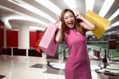 Портрет счастливой азиатской женщины после ходить по магазинам Стоковые Изображения RF