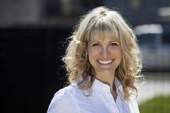 Портрет счастливой белокурой женщины снаружи стоковое фото rf