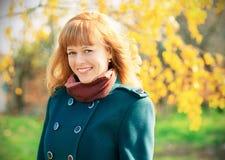 Портрет счастливой городской девушки идя в парк города Стоковые Изображения RF
