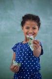Портрет счастливой девушки давая валюту Стоковое фото RF
