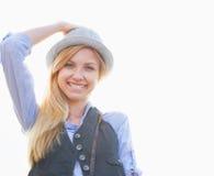 Портрет счастливой девушки битника в городе Стоковое Изображение