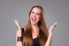 Портрет счастливой девушки брюнет смотря камеру Стоковая Фотография RF