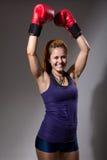 Портрет счастливой девушки в перчатках бокса с поднятыми руками Стоковые Изображения RF