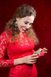 Портрет счастливой девушки держа малый подарок Стоковая Фотография RF