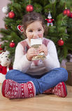 Портрет счастливой девушки есть шоколад Стоковые Фото