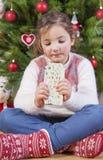 Портрет счастливой девушки есть шоколад Стоковые Изображения RF