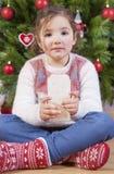 Портрет счастливой девушки есть шоколад Стоковые Изображения