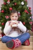 Портрет счастливой девушки есть шоколад Стоковая Фотография