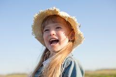 Портрет счастливой девушки лета в соломенной шляпе Стоковое фото RF