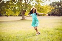 Портрет счастливой девушки играя в парке Стоковое Изображение