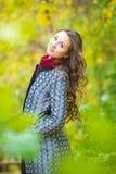 Портрет счастливой девушки идя в лес осени Стоковое Фото