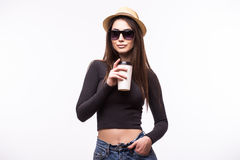 Портрет счастливой девушки красоты в солнечных очках выпивает чай или кофе от бумажного стаканчика Стоковое Изображение