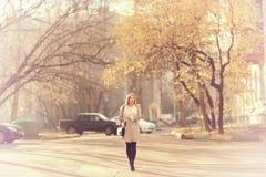 Портрет счастливой девушки на прогулке Стоковые Фотографии RF