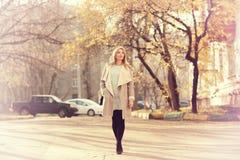 Портрет счастливой девушки на прогулке Стоковые Изображения RF