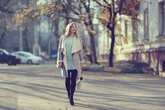 Портрет счастливой девушки на прогулке Стоковое Фото