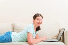 Портрет счастливой девушки с компьтер-книжкой Стоковое Изображение
